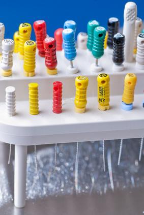 Narzędzia kanałowe wykorzystywane podczas leczenia w gabinecie dentystycznym ADENT w Warszawie.