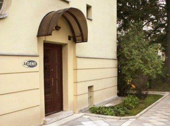 Piękne, pamiętające wiele mury w których znajduje się ADENT Dentysta Warszawa.